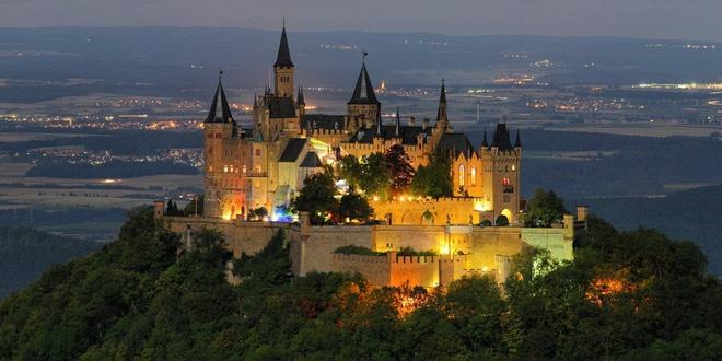 Lâu đài Hohenzollern mê hoặc trong màn đêm