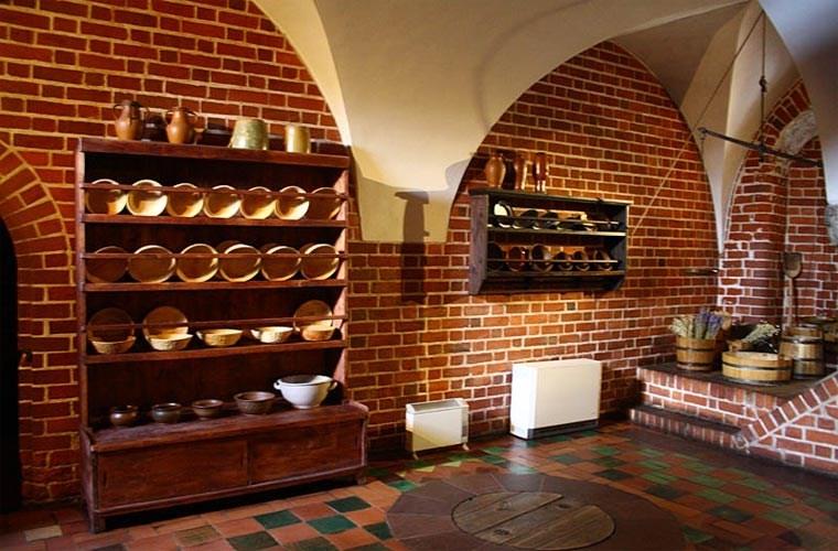 Gian bếp màu đỏ trong lâu đài
