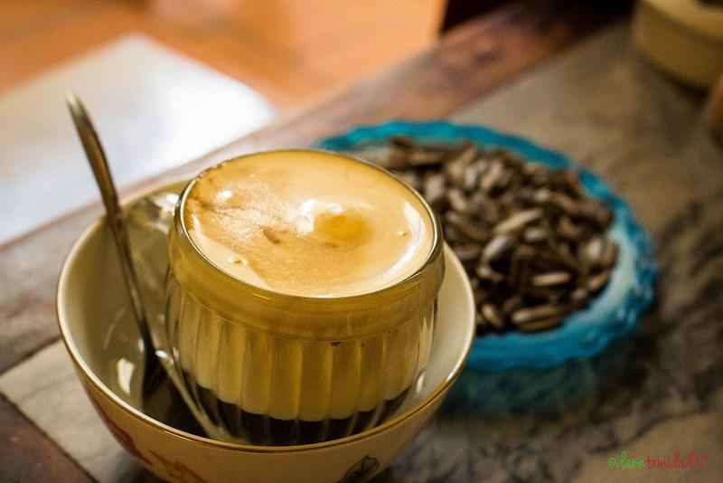 Hà Nội mùa thu là cùng nhau thưởng thức ly cà phê vỉa hè thơm lựng