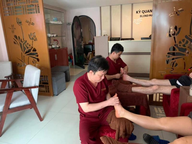 Massage người mù Kỳ Quang Minh nơi giúp cảm nhận ngay sự thư giãn từ hương thơm của các loại thảo dược và tiếng nhạc du dương yên bình.