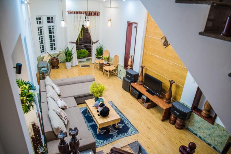 Nhà được thiết kế theo phong cách đơn giản, với tông trắng làm chủ đạo khiến cả ngôi nhà trở nên sáng bừng hơn.