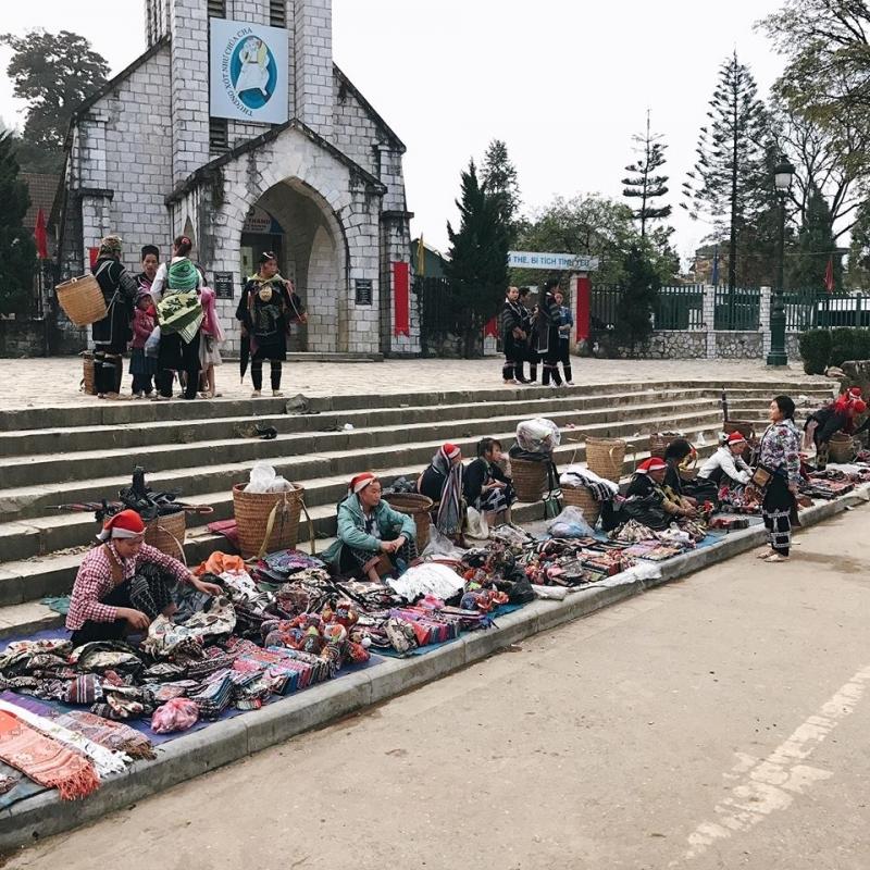 Chợ bán đồ ở Nhà thờ Đá