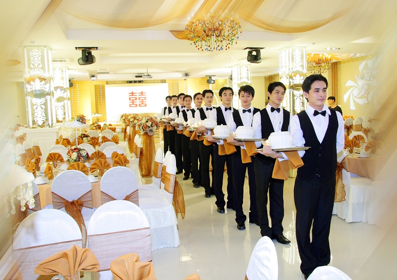 Nhân viên phục vụ nhà hàng (nguồn internet)