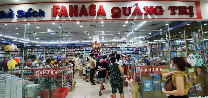 Nhà Sách Fahasa Quảng Trị không quá rộng nhưng thường xuyên đông khách