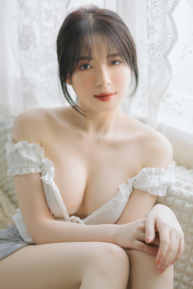 Mặt xinh dáng đẹp, nàng hot girl Việt 2k2 khoe vòng một gợi cảm gây sốt, CĐM nô nức rủ nhau xin info