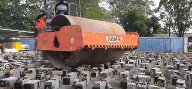 Malaysia đem xe lu ra cán nát 1000 máy đào Bitcoin bất hợp pháp