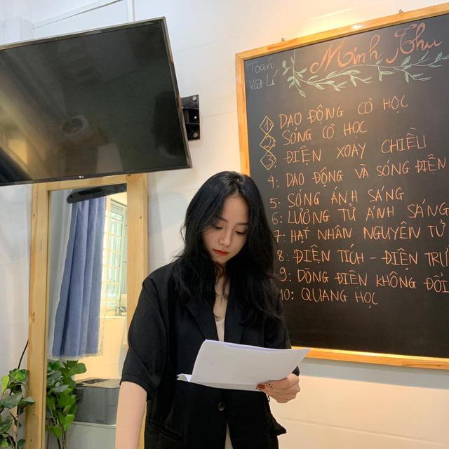 """MXH đêm qua """"dậy sóng"""" vì cô giáo Vật lý, streamer Việt thi nhau xếp hàng """"đứng đây từ chiều"""""""