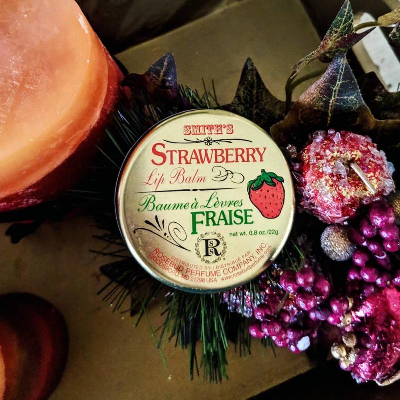 Son Dưỡng Strawberry Lip Balm với thành phần từ sáp ong tự nhiên cùng hỗn hợp hương dâu tây bí ẩn được cả các vận động viên và những người nổi tiếng yêu thích