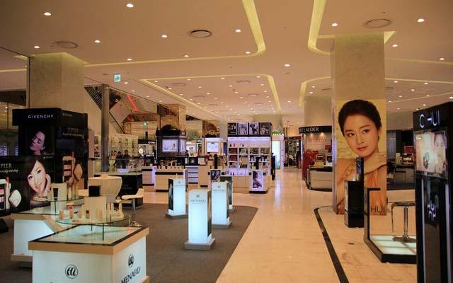 Các gian hàng bán đồ cao cấp bên trong trung tâm thương mại TD Plaza
