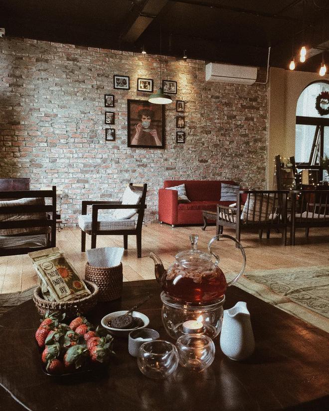Với những món đồ trang trí nhỏ, những chậu cây, bộ bàn ghế theo nhiều phong cách, giá sách to,...