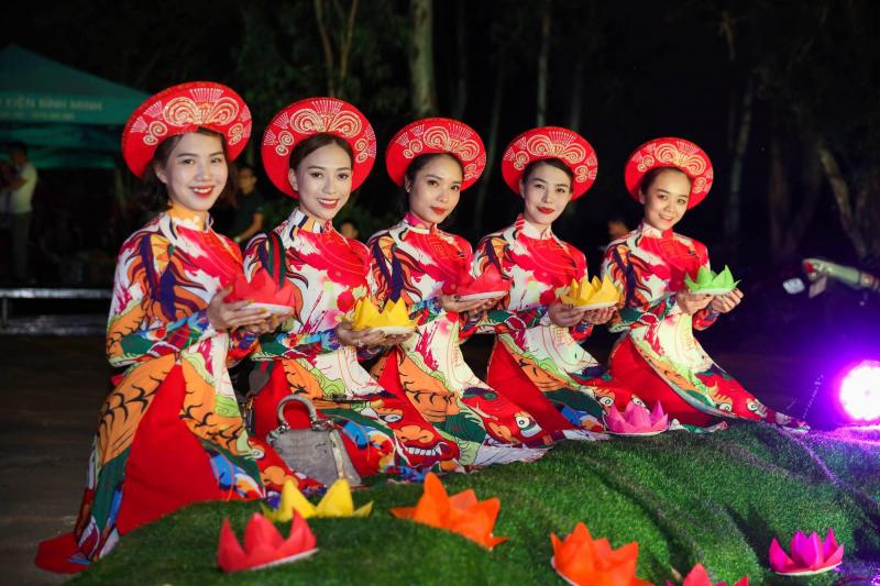 Trang phục biểu diễn Đàm Linh