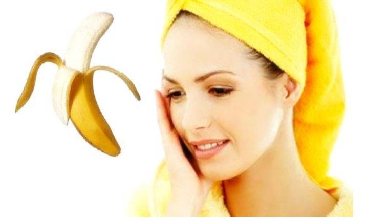 Trong chuối có chứa vitamin B6, vitamin C cùng một lượng nước vừa phải giúp dưỡng ẩm cho làn da và trị mụn hiệu quả
