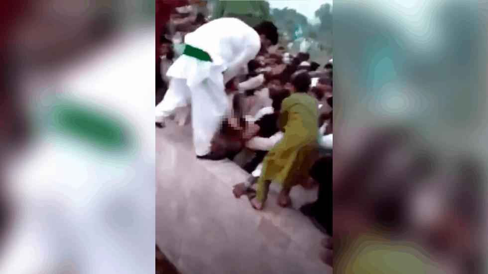"""400 gã đàn ông xé quần áo, sờ soạng """"hot girl"""" gây chấn động Pakistan"""