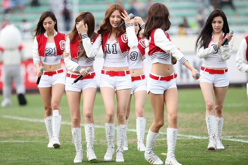 Tại sao showbiz Hàn cấm ca sĩ nữ mặc áo hở rốn biểu diễn?