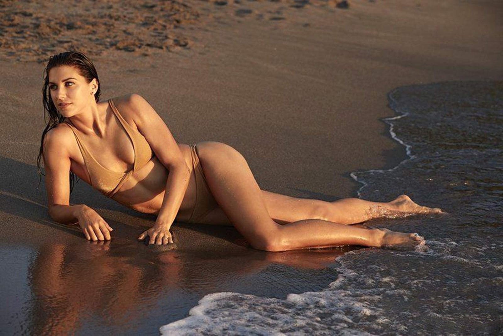 Nữ cầu thủ Alex Morgan khi làm người mẫu áo tắm