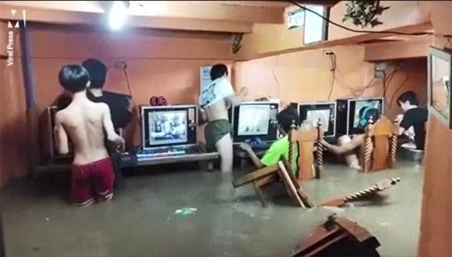 Clip: Nước ngập đến mông, đám thanh niên vẫn hồn nhiên ngồi chơi game