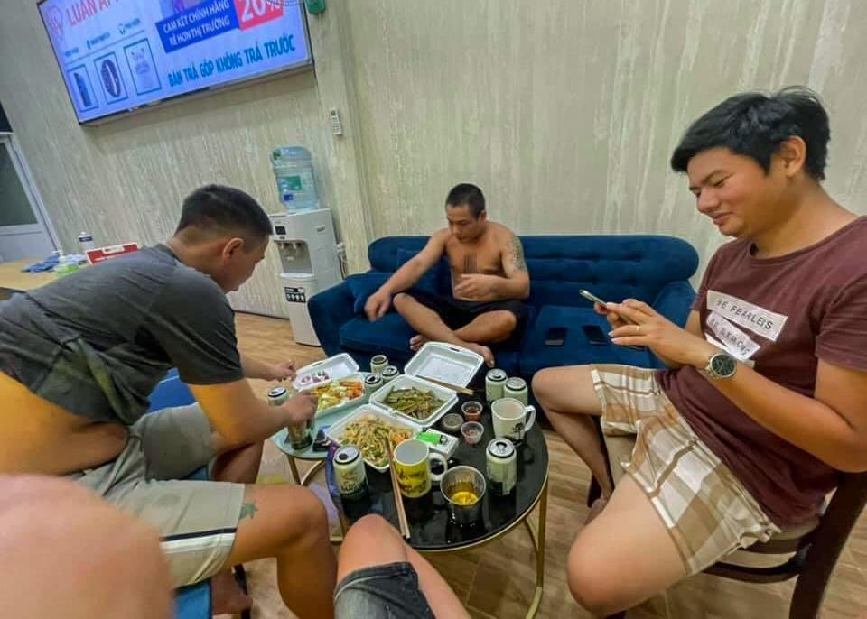 Lén tụ tập ăn nhậu còn chụp ảnh đăng Facebook