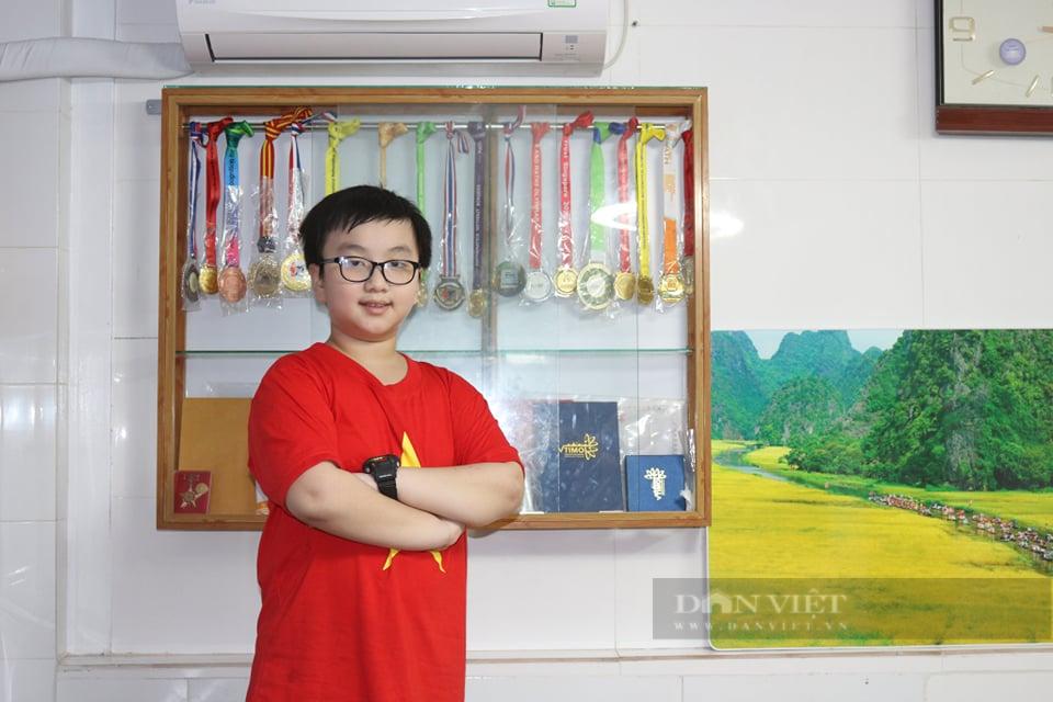 Bất ngờ cậu bé lớp 2 giành hơn 30 huy chương Toán trong 1 năm, cũng ham chơi và mê game