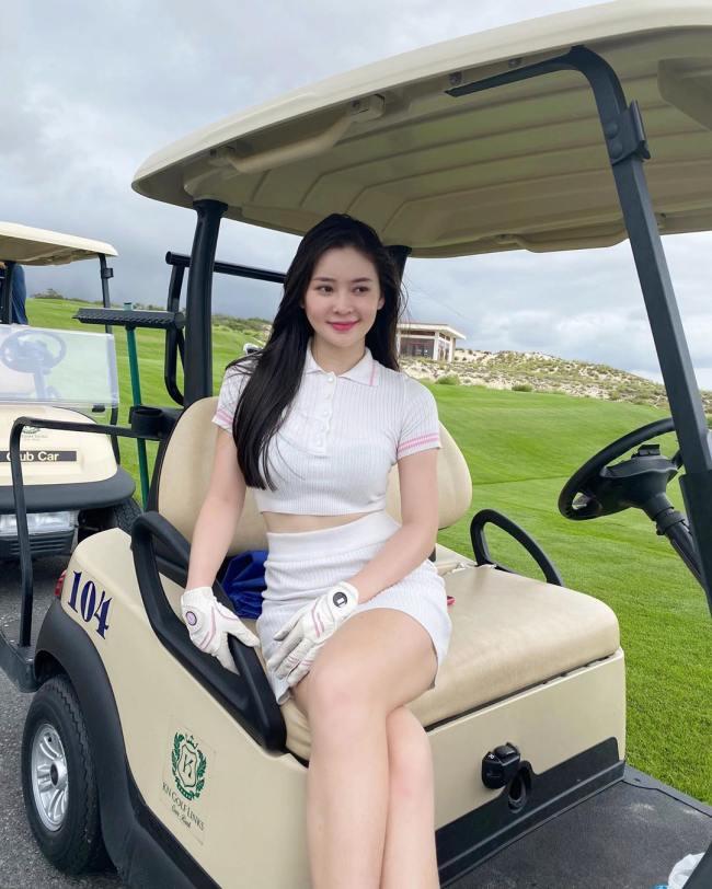 Hot girl Việt, tiểu thư RMIT mặc váy ngắn, áo tắm bốc lửa khi chơi môn thể thao nhà giàu