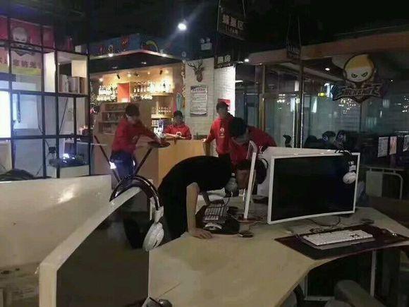 Cục súc khi thua trận, nam game thủ trút giận, húc thủng cả màn hình máy tính rồi nhập viện ngay sau đó
