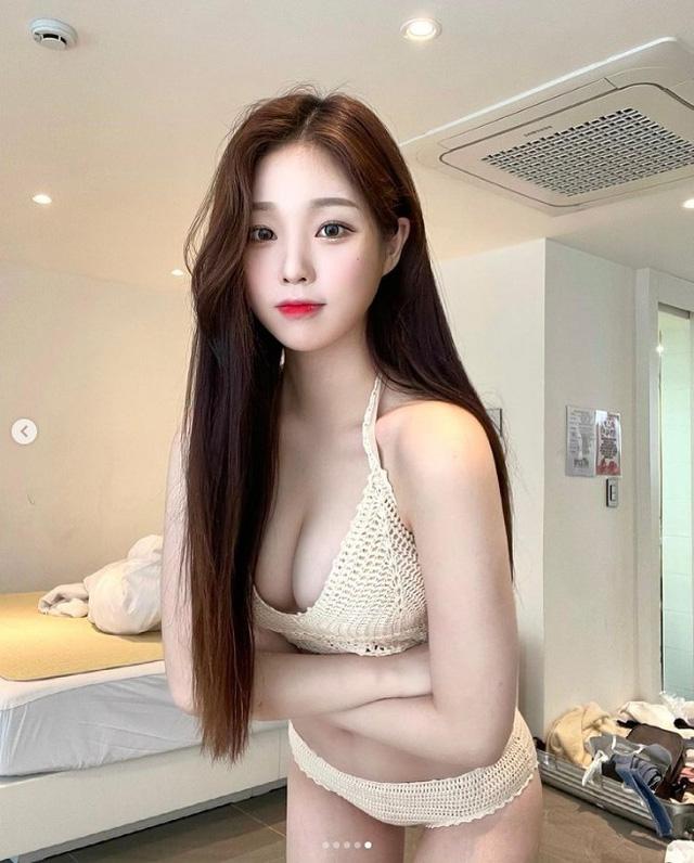 Lăn lộn trên sóng rồi tự vạch áo cho người xem ngực, nữ streamer còn tự tin tuyên bố đang thả rông gây sốc