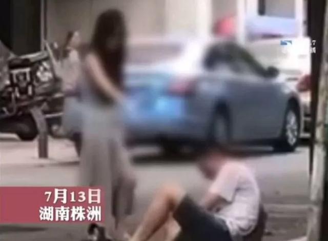 """Không mua được túi xịn cho bạn gái, nam thanh niên bị hành hung, đánh đập ngay giữa phố, CĐM chỉ biết thương xót """"Phận trai 12 bến nước"""""""