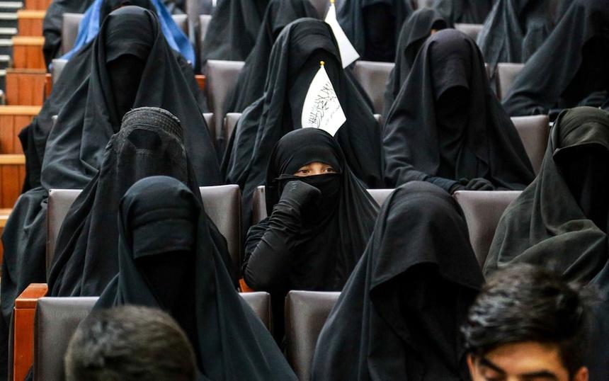 Ảnh: Phụ nữ Afghanistan bịt kín mắt đi học gây chú ý cộng đồng mạng