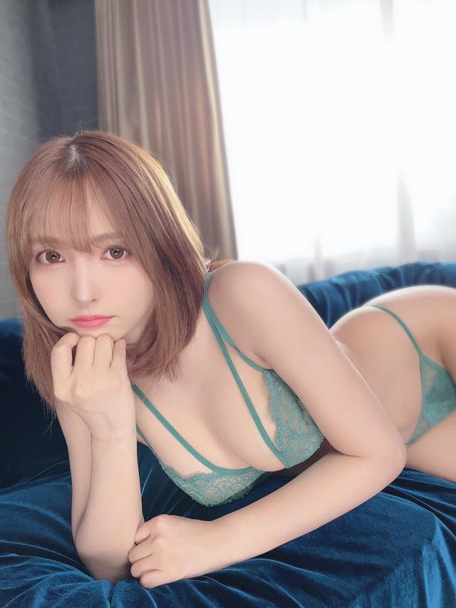 Làm vlog quay lại một ngày chụp ảnh, Yua Mikami khiến nhiều fan ghen tị, chỉ ước một lần được làm nhiếp ảnh gia - Ảnh 1.