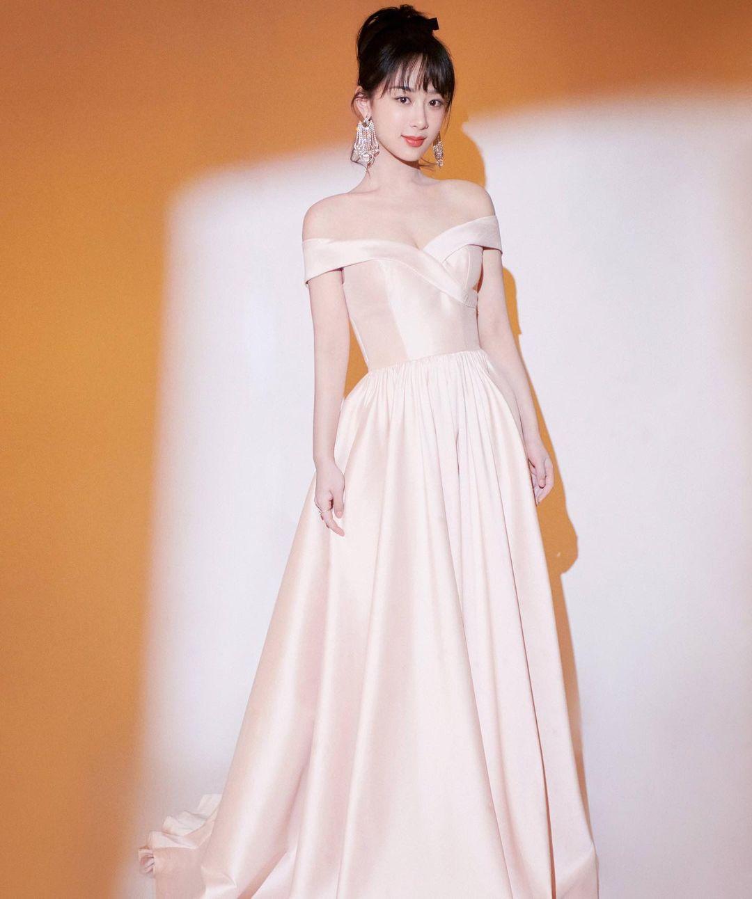 """Dương Tử """"trung thành"""" với kiểu váy trễ vai, bị cộng đồng mạng chê là """"một màu"""""""