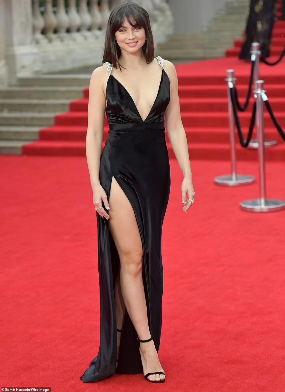 """""""Bond girl"""" Ana de Armas, người mẫu Anh Kimberley Garner mặc váy xẻ cao bất tận - ảnh 1"""