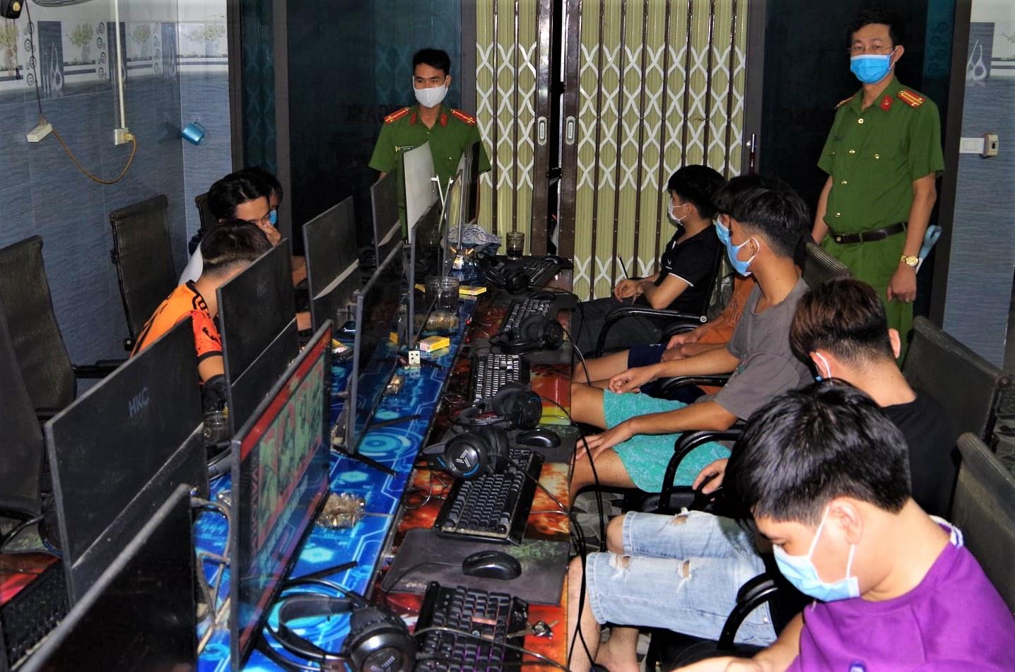 11 thanh niên tụ tập tại quán game trong đêm