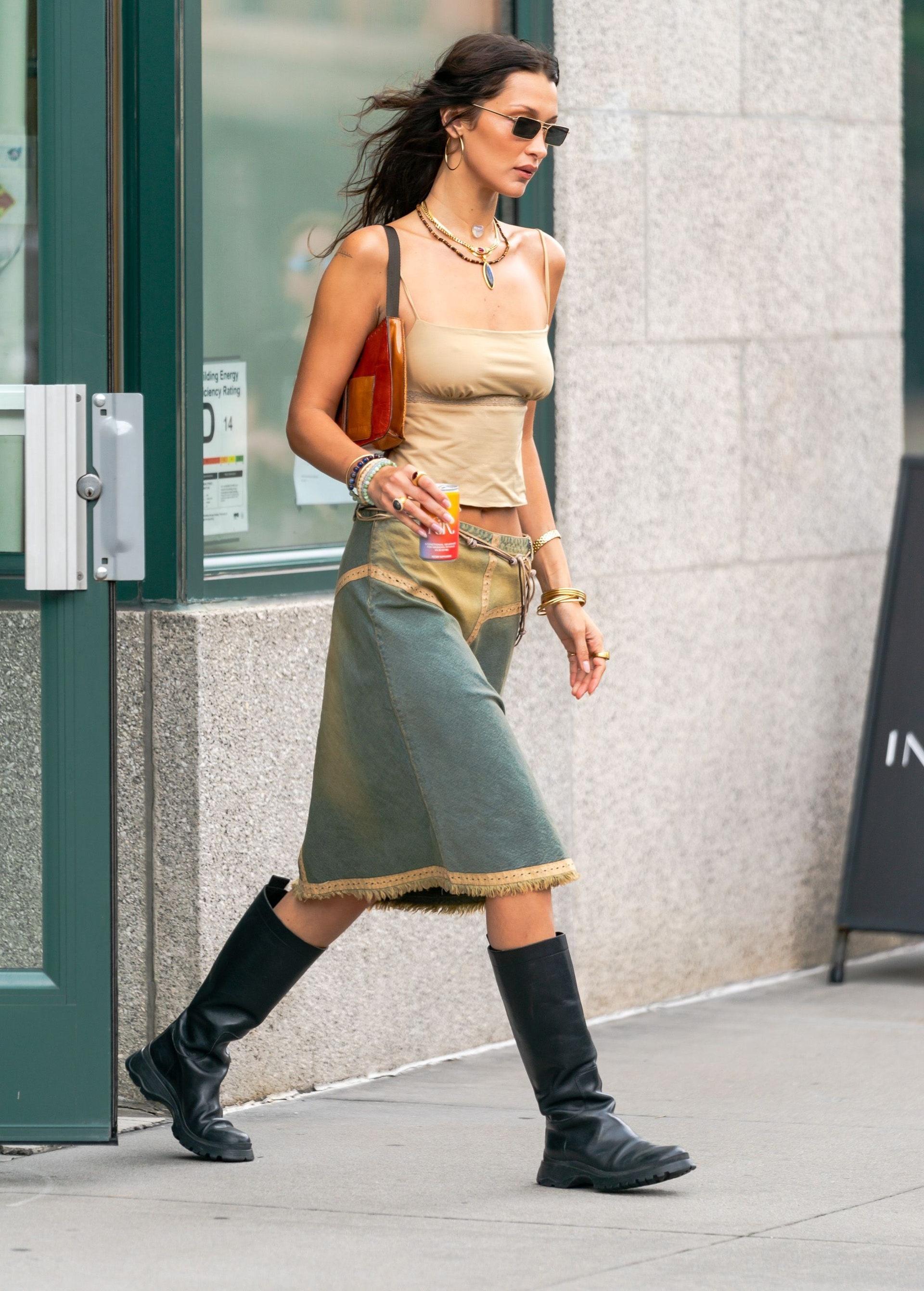 Bella Hadid lăng xê mốt thời trang thập niên 2000