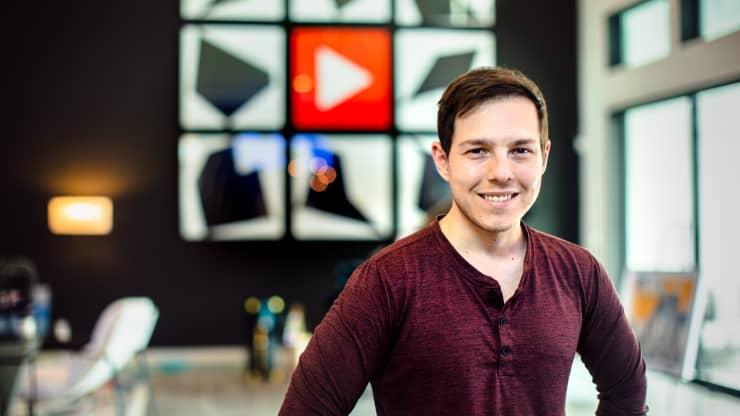 Sống nhờ Youtube, chàng trai này kiếm hơn 6 triệu USD trong năm đầy khó khăn 2021