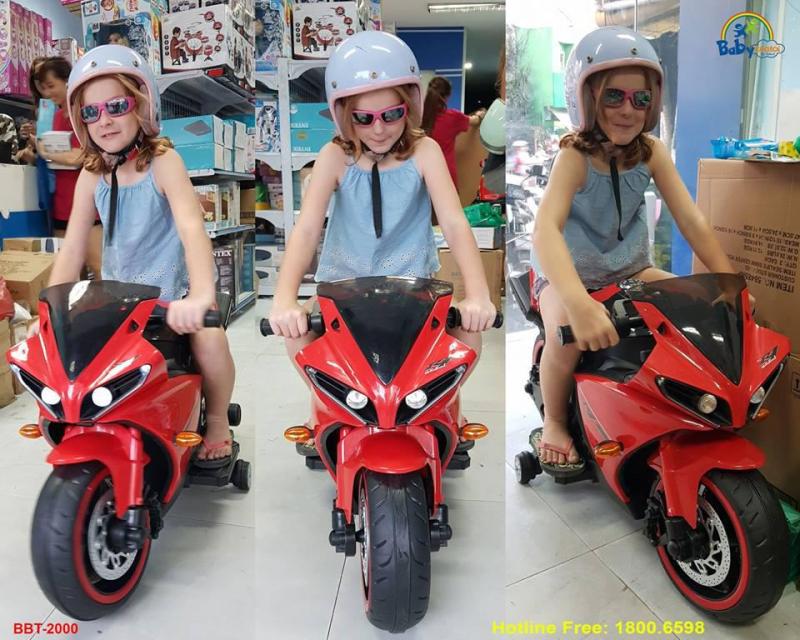 Khách nước ngoài đến cửa hàng của Babycuatoi.vn để chọn mua xe