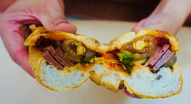 Bánh mì bột lọc: 8.000đ – 10.000đ/chiếc
