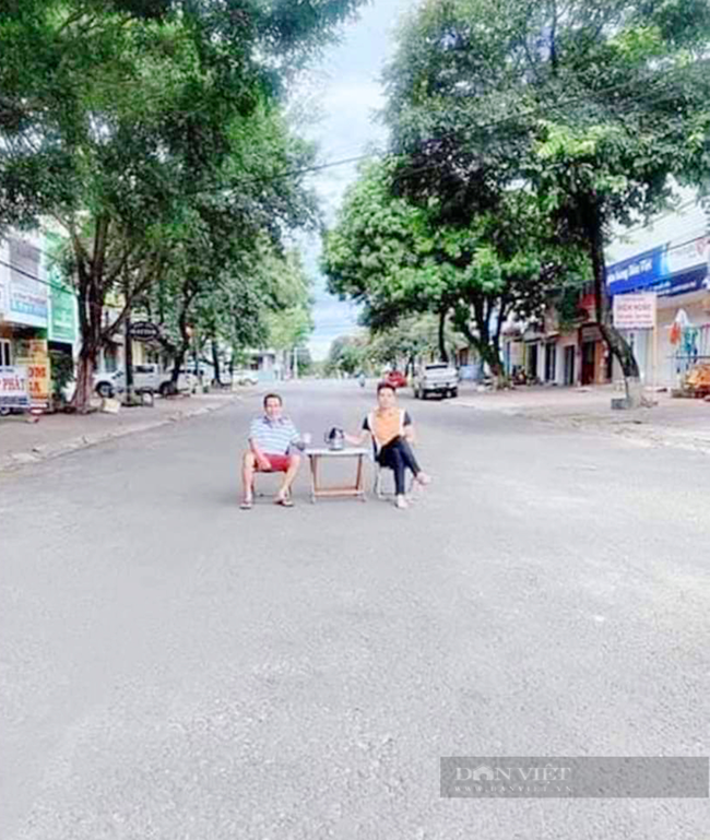 Gia Lai: Đưa bàn ra giữa đường uống trà rồi đăng Facebook, 2 người đàn ông bị phạt