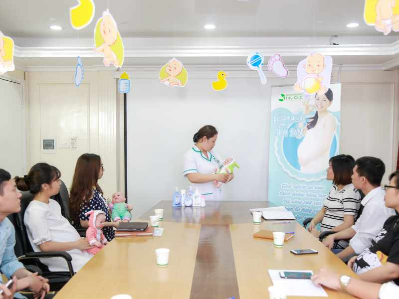Bệnh viện ĐKQT Thu Cúc tổ chức lớp học tiền sản để đáp ứng nhu cầu và cung cấp những kiến thức, kỹ năng cần thiết, phù hợp với mẹ bầu ở các giai đoạn khác nhau trong thai kỳ.