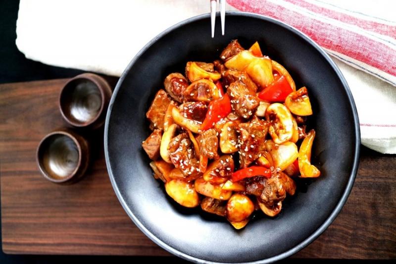 Thịt bò được xào chung với rau củ, bông cải xanh, hành tây và thêm nước sốt gia vị