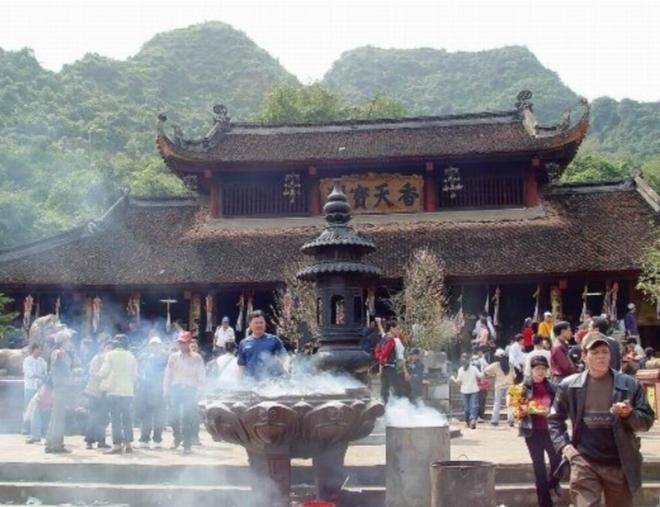 Chùa Hương là địa điểm linh thiêng và thu hút du khách nhất trong các dịp lễ tết, xuân về.