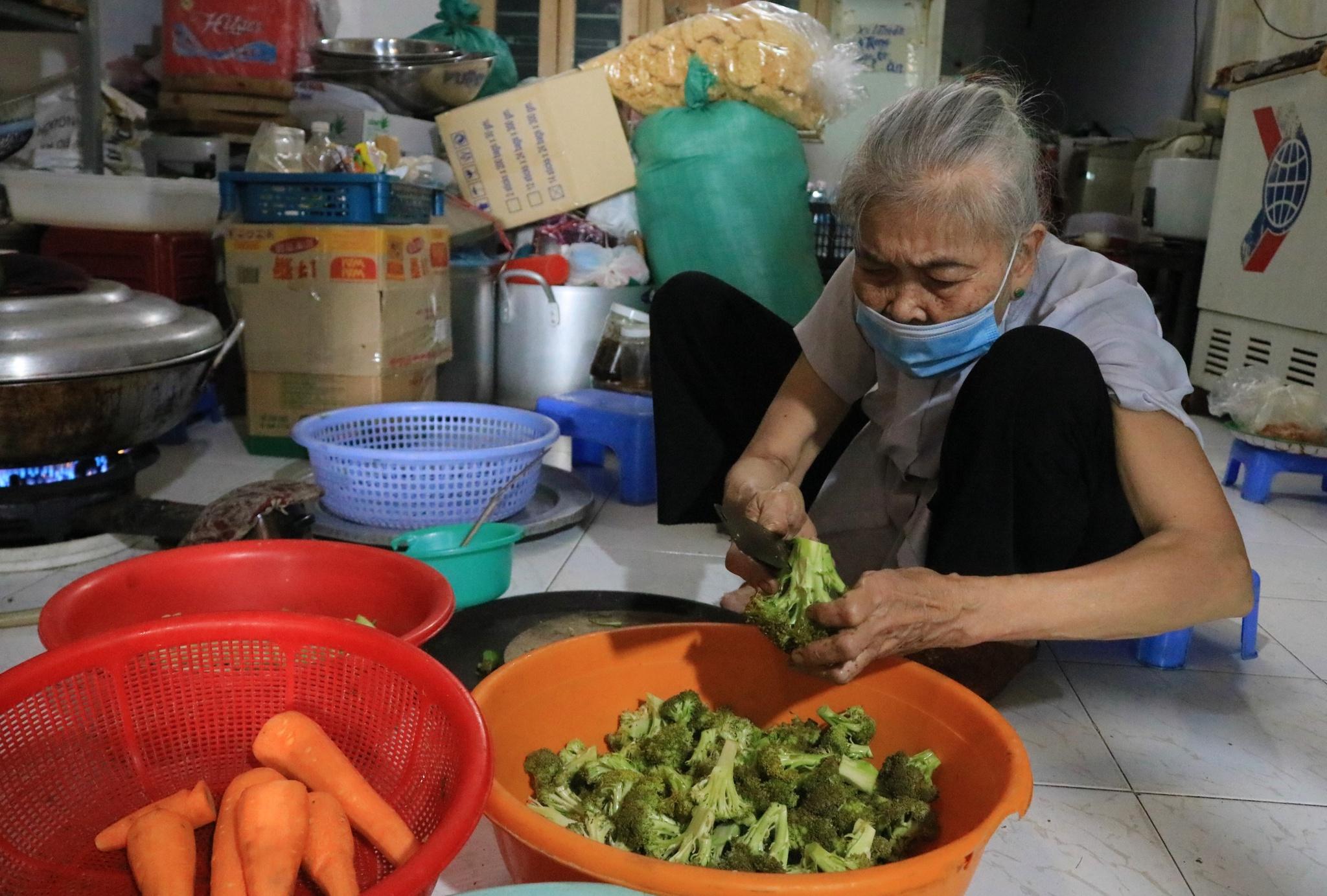 Vợ chồng già nhờ người đăng Facebook để người nghèo đến nhận cơm - ảnh 1