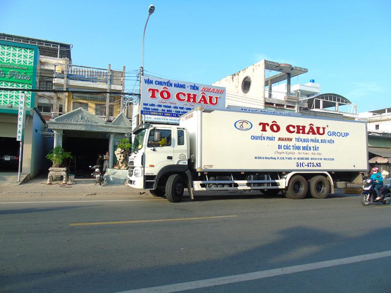 Công ty Tô Châu còn có đội ngũ xe tải chuyên nhận hàng chuyển phát nhanh, vận chuyển hàng hóa, chuyển nhà, văn phòng từ Cà Mau - TP. HCM và ngược lại