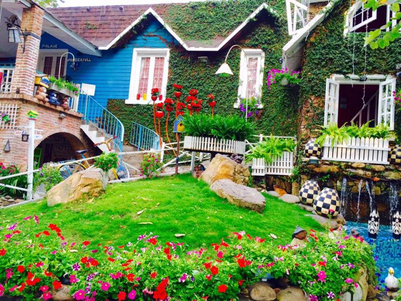 Mang phong cách nông thân Hà Lan với hàng rào gỗ sơn trắng, ngôi nhà gỗ trên cao
