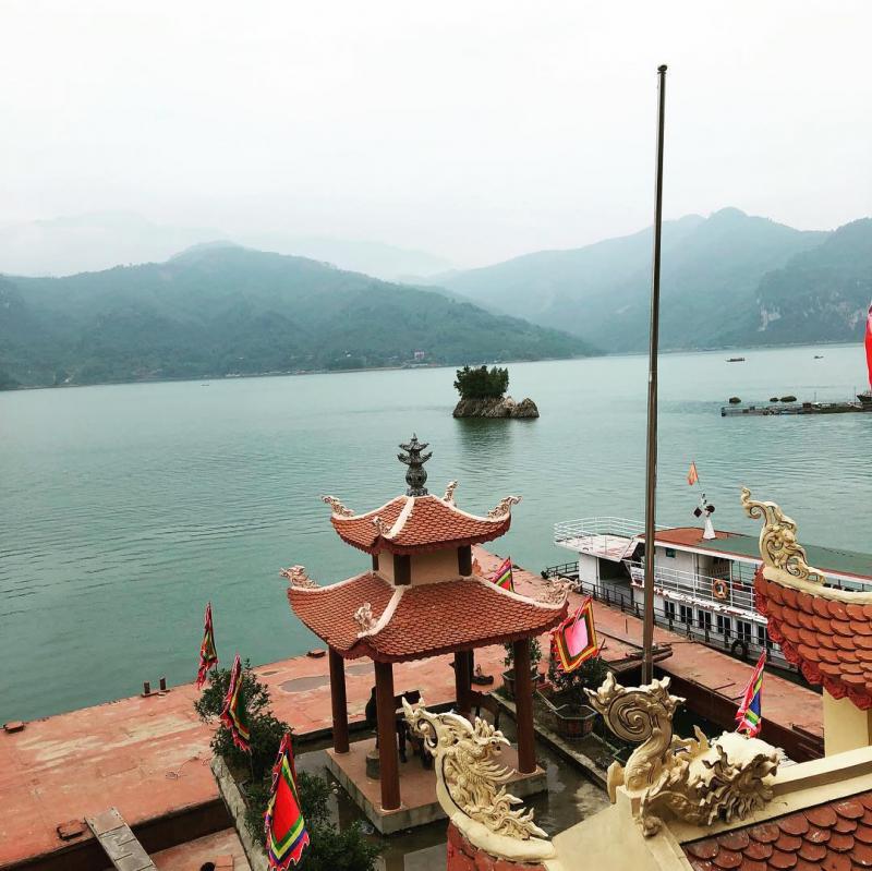 Đền Chúa Thác Bờ với mặt trước nhìn ra sông Đà, mặt lưng tựa núi