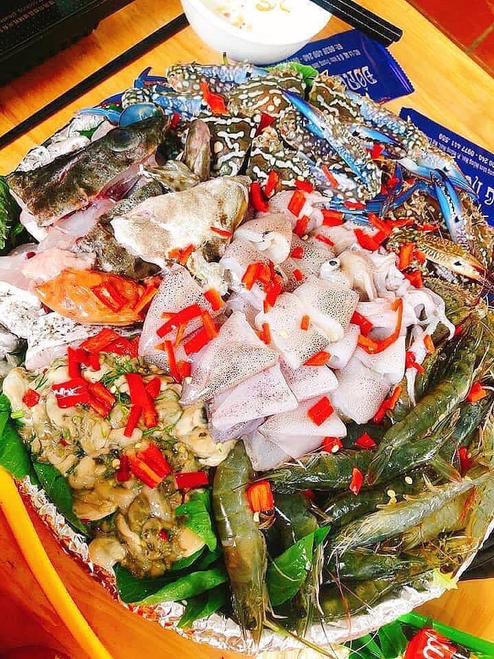 Đĩa hải sản nhúng luôn đầy đặn, đa dạng các loại hải sản