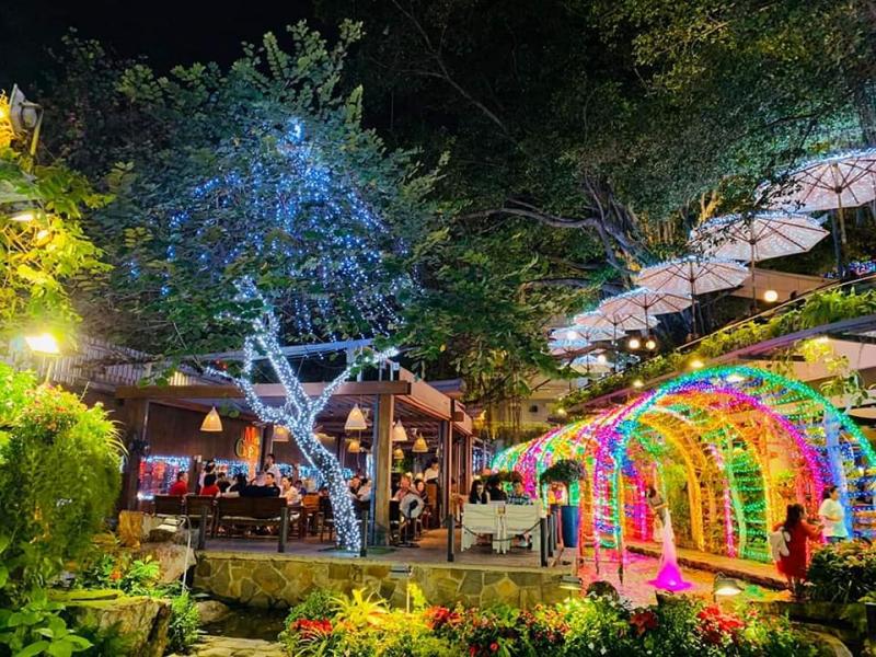 """Điểm đặc biệt của Du Miên Garden coffee là những """"ngôi nhà gỗ"""" trên cây cổ thụ - một không gian mới lạ"""