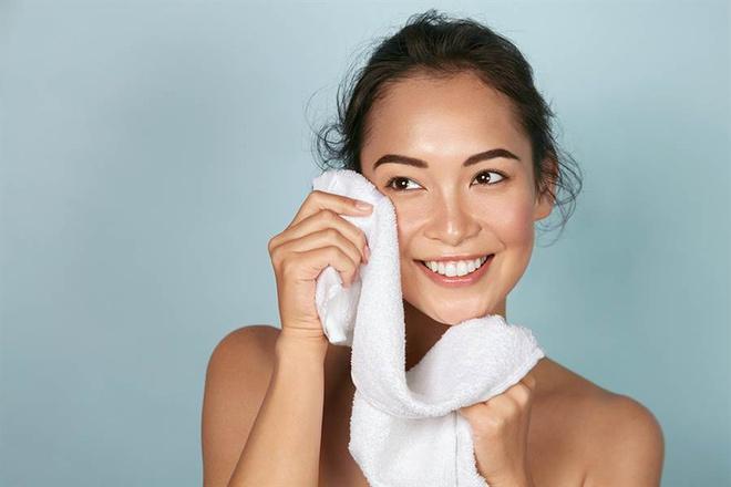 Dùng khăn và chậu để rửa mặt là thói quen không tốt