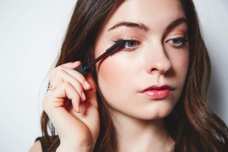 Dùng mascara kẻ mắt