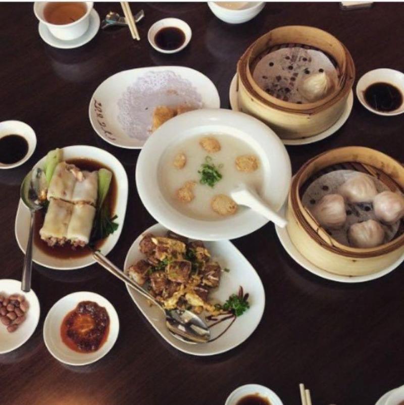 Một bàn ăn của khách tại French Grill Restaurant - JW Marriott Hotel Hanoi
