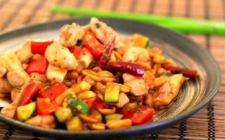 Nguyên liệu chính của món ăn là thịt gà kết hợp với đậu phộng và ớt hiểm