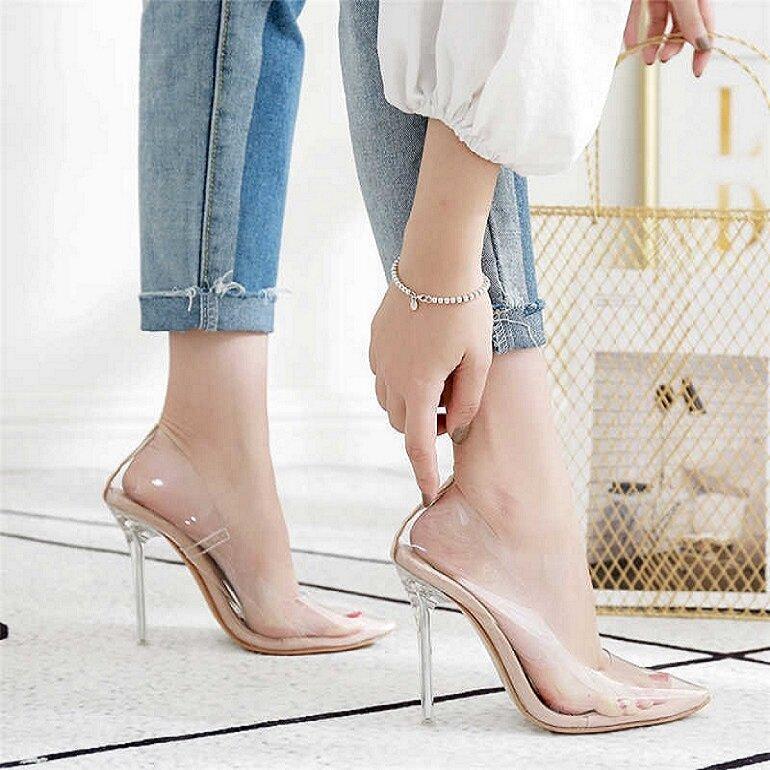 Giày có quai trong suốt
